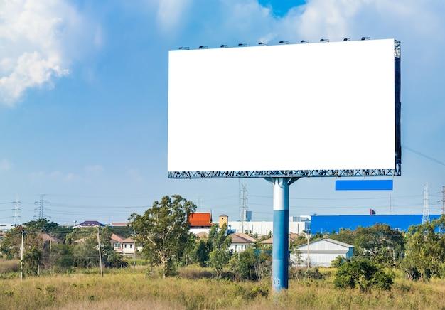 Panneau d'affichage vide sur ciel bleu Photo Premium
