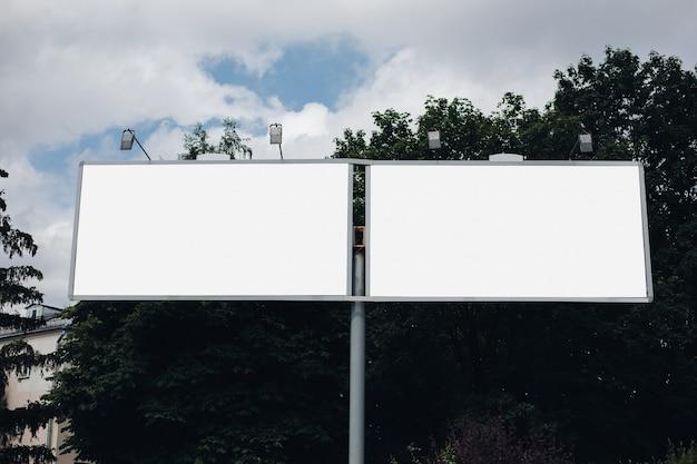 Panneau D'affichage Vide Dans La Ville Photo gratuit