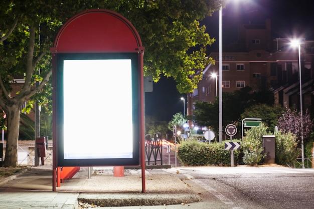 Panneau d'affichage vide éclairé pour la publicité à la gare routière Photo gratuit