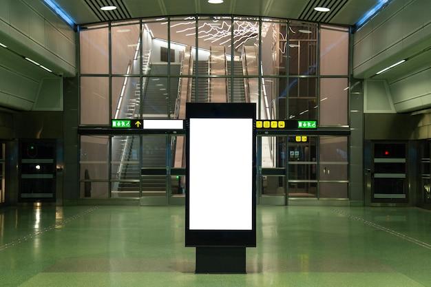 Panneau d'affichage vide maquette du métro pour message texte ou contenu. Photo Premium