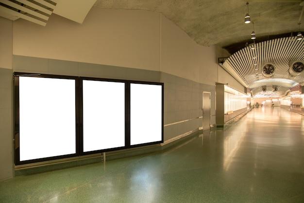 Panneau d'affichage vide maquette du métro pour le message texte ou le contenu. Photo Premium