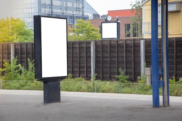 Panneau d'affichage vide maquette sur la ville pour le message texte ou le contenu. Photo Premium