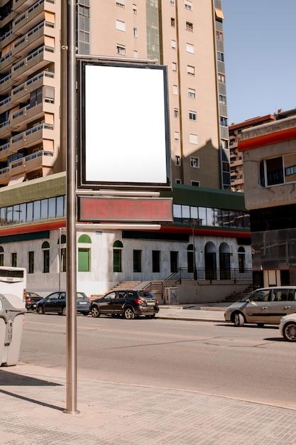 Panneau d'affichage vide pour l'annonce avec poteau dans la rue Photo gratuit