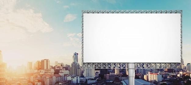 Panneau d'affichage vide pour publicité dans la ville de bangkok Photo Premium