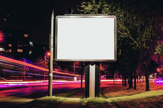 Panneau d'affichage vide pour la publicité extérieure avec une traînée de lumière en arrière-plan Photo gratuit