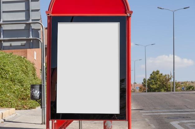 Panneau d'affichage vide près de la route Photo gratuit