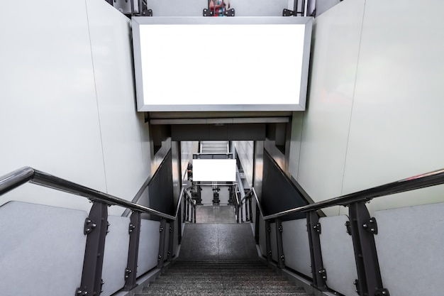 Panneau D'affichage Vide Prêt Pour Une Nouvelle Publicité Sur Les Escaliers à L'extérieur à La Station De Métro Aérien Photo Premium