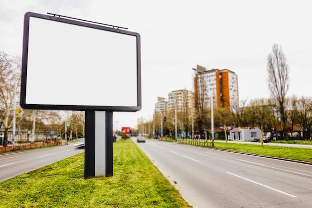 Panneau d'affichage vide sur la route en ville utile pour la publicité Photo gratuit