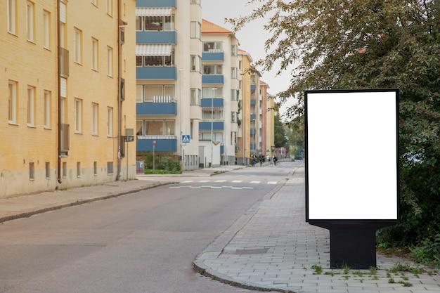 Panneau d'affichage vide simulé sur la route de la ville pour un message texte ou du contenu. Photo Premium