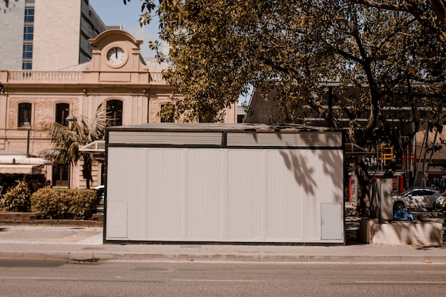 Panneau d'affichage vide sur le trottoir au bord de la route utile pour la publicité Photo gratuit