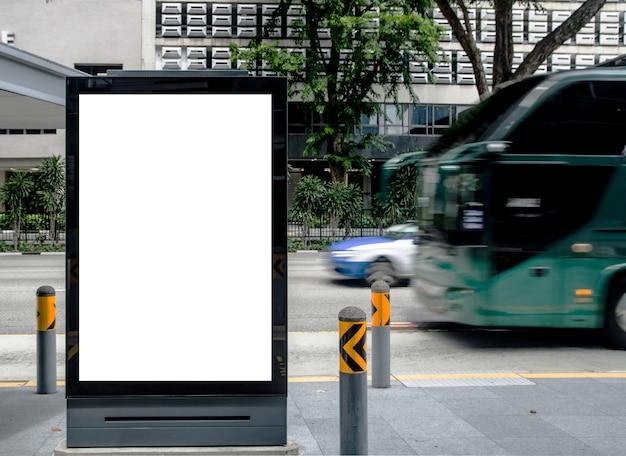 Panneau d'affichage vide vertical à l'arrêt de bus extérieur annoncent sur la rue maquette. Photo Premium