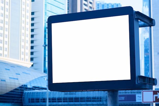 Panneau D'affichage Vide Vide Sur La Rue De La Ville De Dubaï, émirats Arabes Unis Contre Les Gratte-ciel. Bleu Tonique Photo Premium