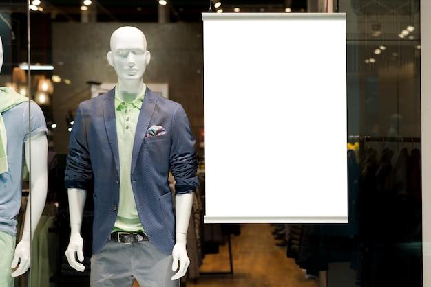 Panneau d'affichage sur la vitrine à côté du mannequin Photo gratuit