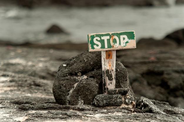 Le Panneau D'arrêt Marque La Fin De La Ligne Pour Les Touristes, Punta Espinoza, île Fernandina, îles Galapagos, équateur Photo Premium