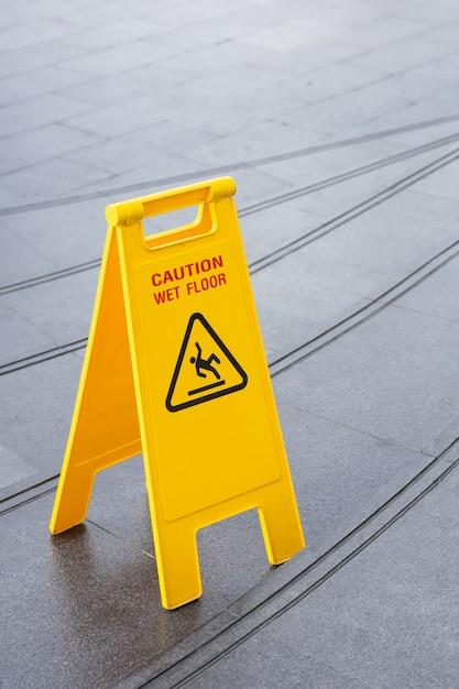 Panneau d'avertissement de sécurité jaune glissant Photo Premium