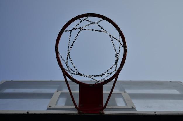 Panneau de basketball extérieur avec ciel bleu clair Photo Premium