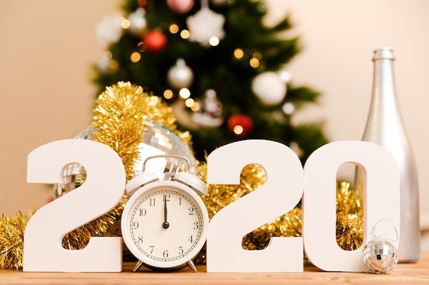 Panneau blanc du nouvel an 2020 sur la table Photo gratuit