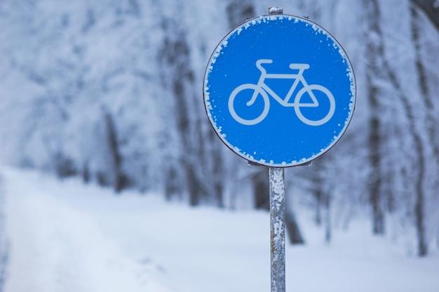 Panneau Bleu De La Voie Du Cycle D'hiver Photo Premium