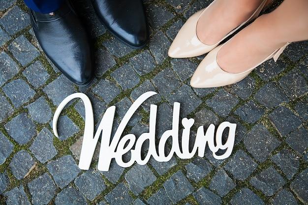 Panneau en bois blanc au mariage est le couple de pieds Photo Premium