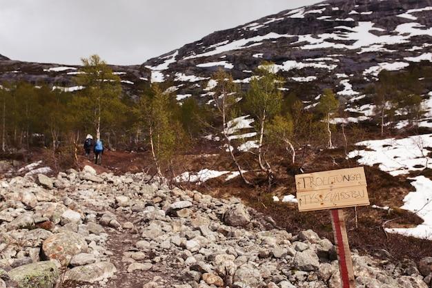 Panneau En Bois Avec Le Lettrage «trolltunga» Se Dresse Sur Le Chemin Vers Les Montagnes Photo gratuit