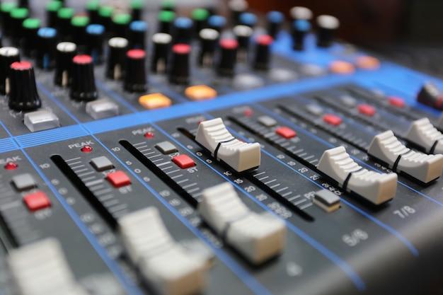 Panneau de configuration du mixeur audio avec boutons et curseurs. Photo Premium