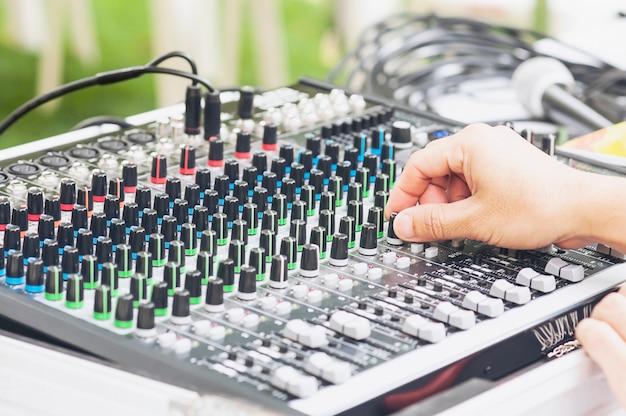 Panneau de la console du mixeur de son contrôle homme Photo gratuit