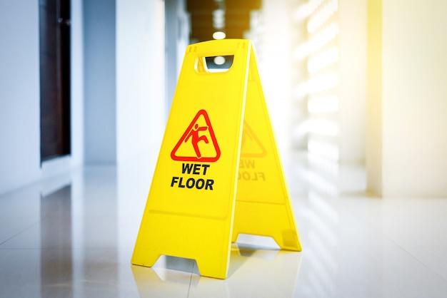 Panneau indiquant l'avertissement d'un sol humide sur un sol humide Photo Premium