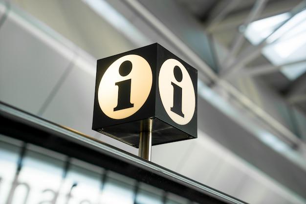 Panneau D'information Et D'aide à L'aéroport Photo Premium