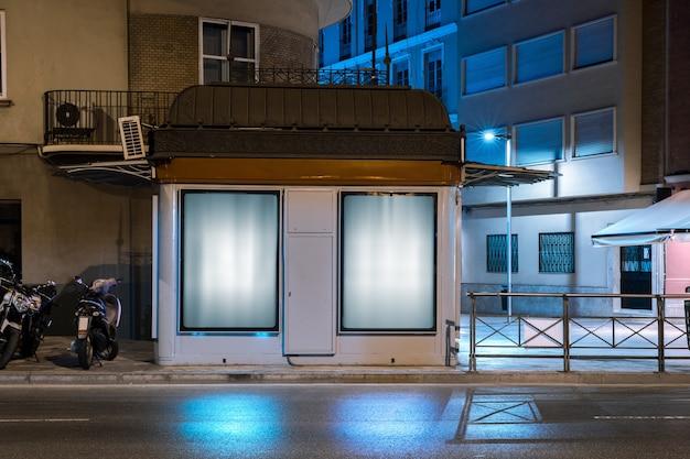 Panneau lumineux pour la publicité sur le mur près de la rue Photo gratuit