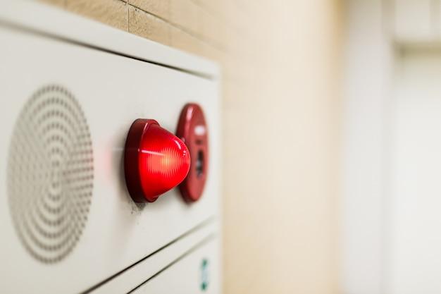 Panneau Mural D'éclairage De Secours Et Haut-parleur D'alarme Sonore Dans L'immeuble De Bureaux. Photo Premium
