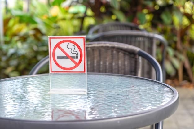 Panneau non fumeur dans un café et le parc Photo Premium