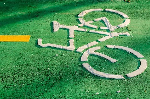 Panneau de piste cyclable peint dans une rue Photo Premium