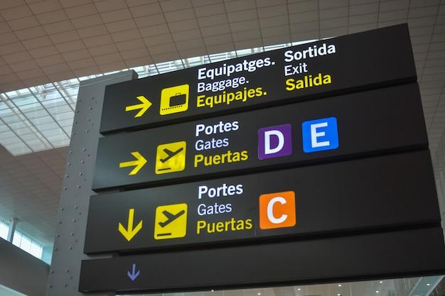 Panneau de portes d'embarquement d'un aéroport international. Photo Premium