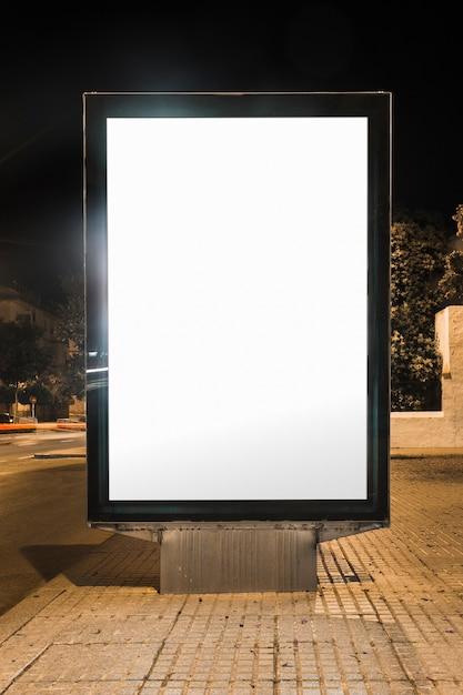 Panneau publicitaire vide sur la rue Photo gratuit