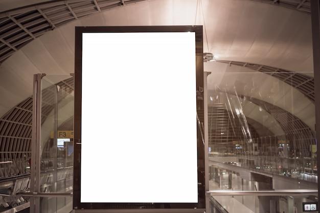 Panneau publicitaire vierge avec des chaises pour passager dans l'aérogare Photo Premium