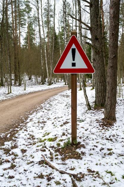 Panneau Routier En Forme Triangulaire Avec Point D'exclamation En Route Forestière Photo Premium
