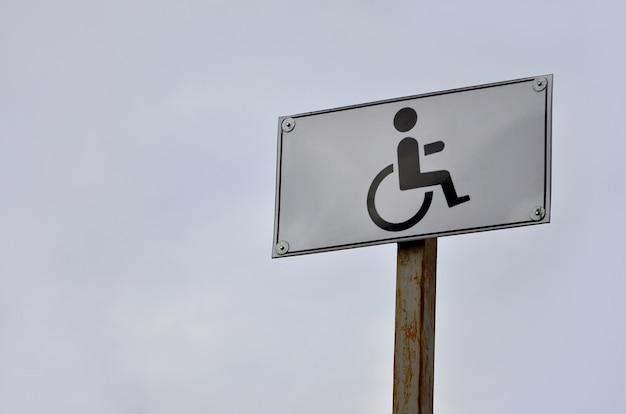 Un panneau routier indiquant le franchissement d'une route pour personnes handicapées Photo Premium