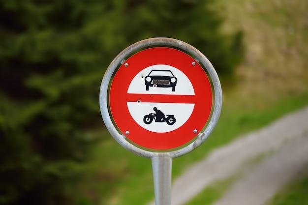 Panneau de signalisation interdisant l'accès aux voitures et motos sur le sentier pédestre Photo Premium