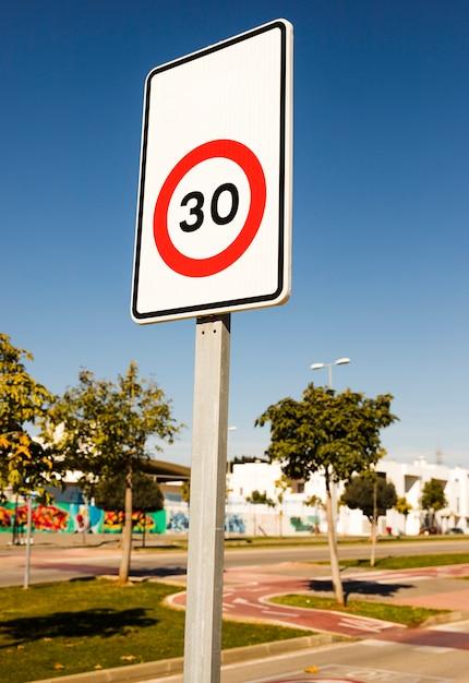 Panneau de signalisation numéro 30 dans le parc Photo gratuit