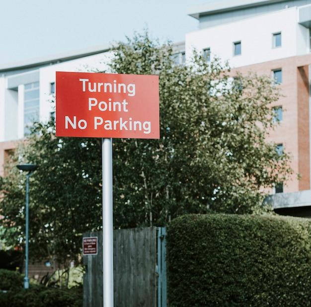 Panneau de signalisation pour virage et stationnement interdit Photo gratuit