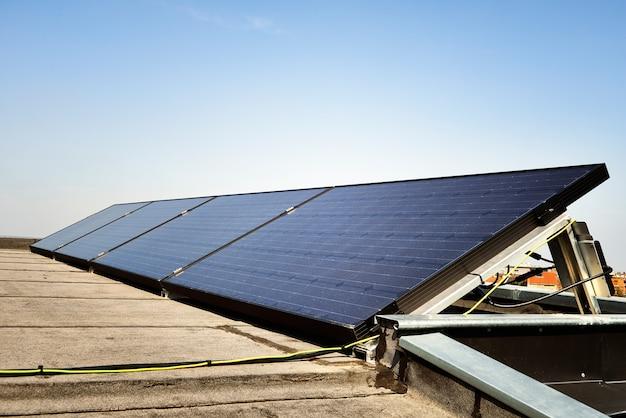 Panneau solaire contre le ciel bleu Photo Premium