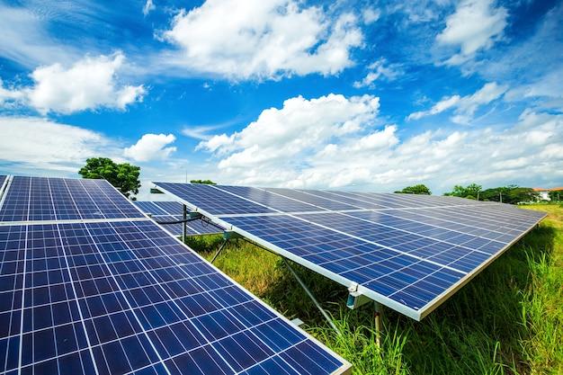 Panneau solaire sur fond de ciel bleu, concept d'énergie alternative, énergie propre, énergie verte Photo Premium