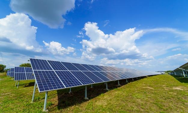 Panneau solaire sur fond de ciel bleu Photo Premium