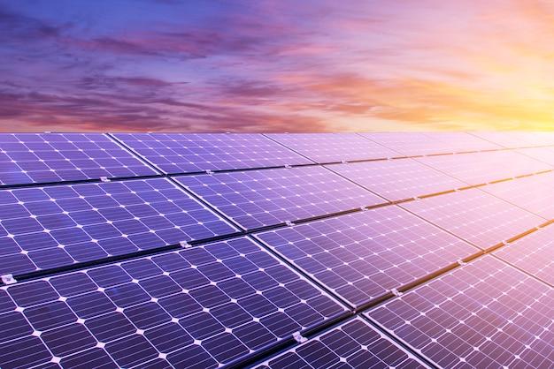 Panneau solaire sur fond de ciel coloré et la lumière du soleil Photo Premium