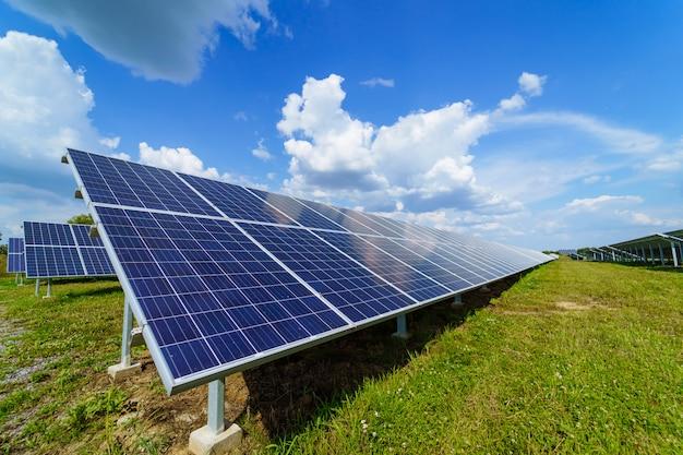 Panneau solaire sur fond de ciel Photo Premium