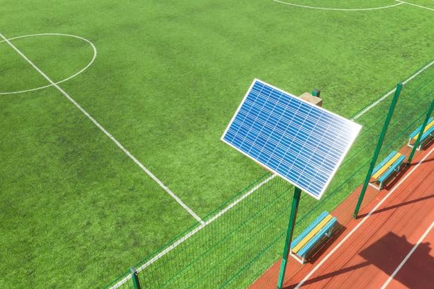 Panneau solaire sur le rack. le panneau est situé sur le terrain de sport. éclairage de stade. Photo Premium