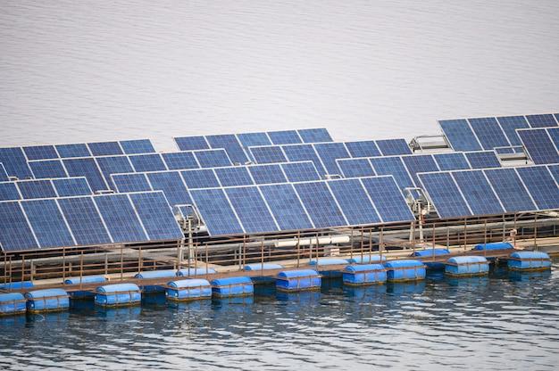 Panneau de système de cellules solaires énergie renouvelable flottant sur un barrage Photo Premium