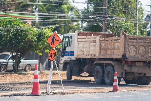 Les panneaux indiquant la fermeture de la route évitent temporairement la circulation en raison de la construction de routes Photo Premium