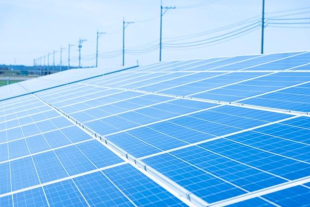 Panneaux solaires (cellule solaire) dans une ferme solaire avec ciel bleu et éclairage solaire Photo Premium