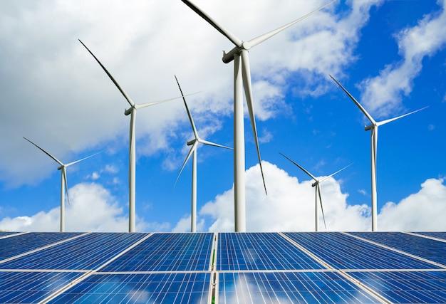 Panneaux solaires et éoliennes: énergie propre. Photo Premium